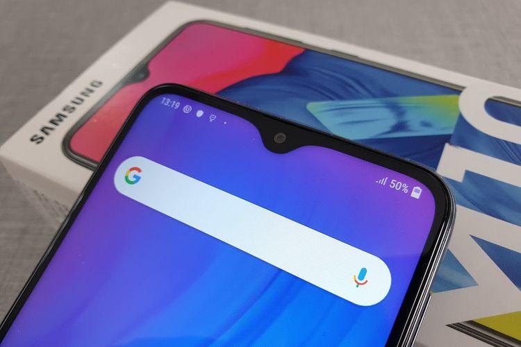 Samsung Galaxy M10 memiliki sebuah poni berbentuk tetesan air di bagian atas layar. Poni ini membungkus kamera selfie 5 megapiksel yang mendukung fitur face unlock.