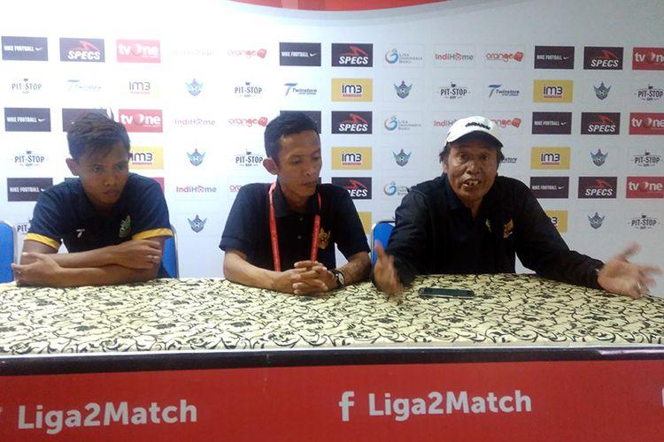 Pelatih Persegres Gresik United Sanusi Rahman (kanan) bersama Wismoyo Widhistio (kiri), usai laga kontra Martapura FC.