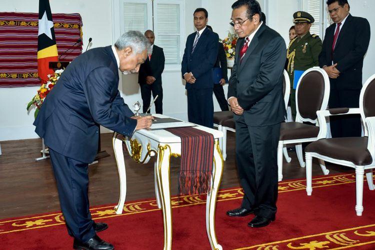 Perdana Menteri Timor Leste Mari Alkatiri (kiri) menandatangani surat sumpahnya di depan Presiden Francisco Gueterres (kanan) di istana Kepresidenan di Dili, Jumat (15/9/2017).