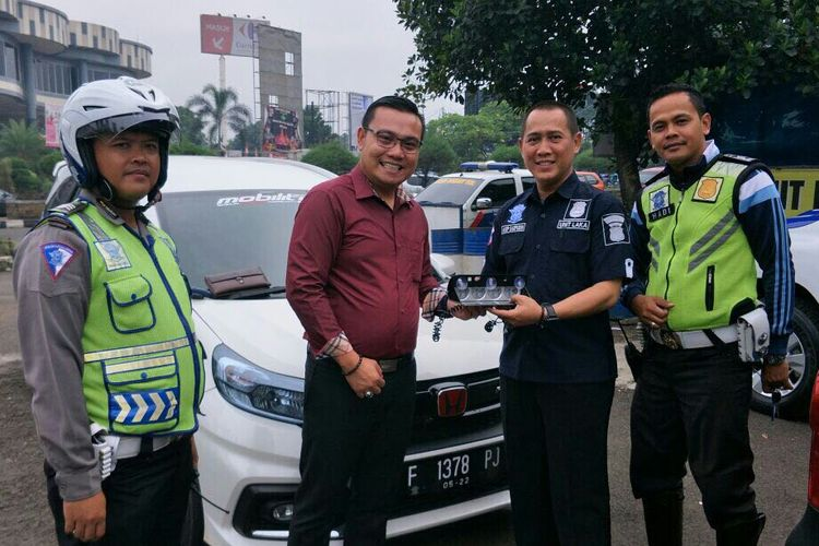 Pengendara Mobilio serahkan aksesori rotator kepada kepolisian kota Bogor