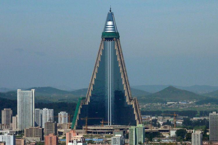 (Ryugyog Hotel) Tidak semua bangunan pencakar langit di dunia memiliki nasib mujur, tak sedikit yang bernasib malang dan ditinggalkan.