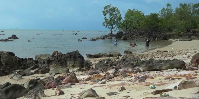 Salah satu sudut Pulau Kelapan di Kabupaten Bangka Selatan, Kepulauan Bangka Belitung yang dihiasi bebatuan metamorf.