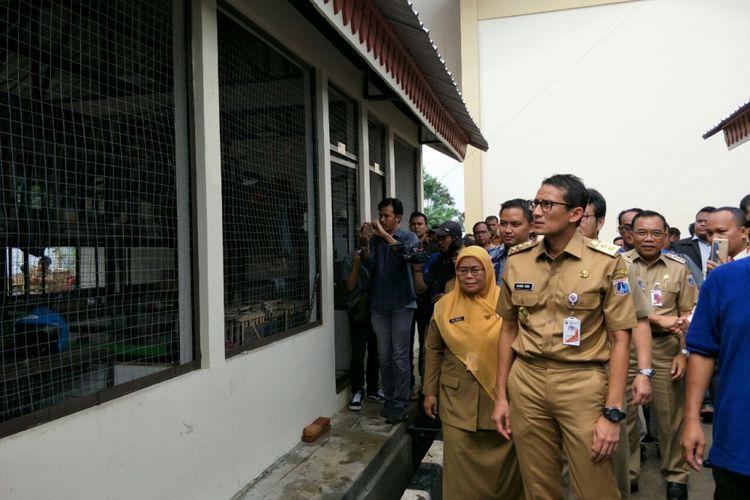 Wakil Gubernur DKI Jakarta Sandiaga Uno di Rumah Potong Hewan Unggas (RPHU) Rorotan, Cilincing, Jakarta Utara, Selasa (6/2/2018).