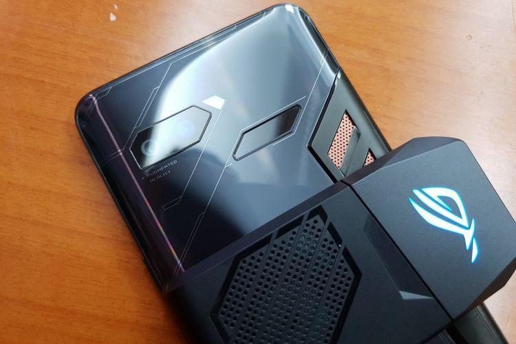 Pada bagian belakang ASUS ROG Phone terdapat kamera dengan sensor sebesar 12 megapiksel. Pada bagian belakang juga terdapat fingerprint sensor dan speaker.