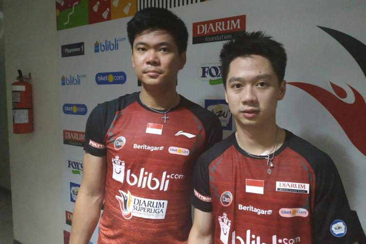 Pasangan ganda putra PB Djarum Kudus, Praveen Jordan (kiri) dan Kevin Sanjaya Sukamuljo (kanan) seusai pertandingan Djarum Superliga Badminton 2019, di Sasana Budaya Ganesha, Bandung, Jawa Barat, Senin (18/2/2019).