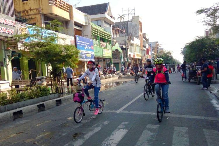 Warga masyarakat bersepeda di Jalan Malioboro saat uji coba semi pedestrian