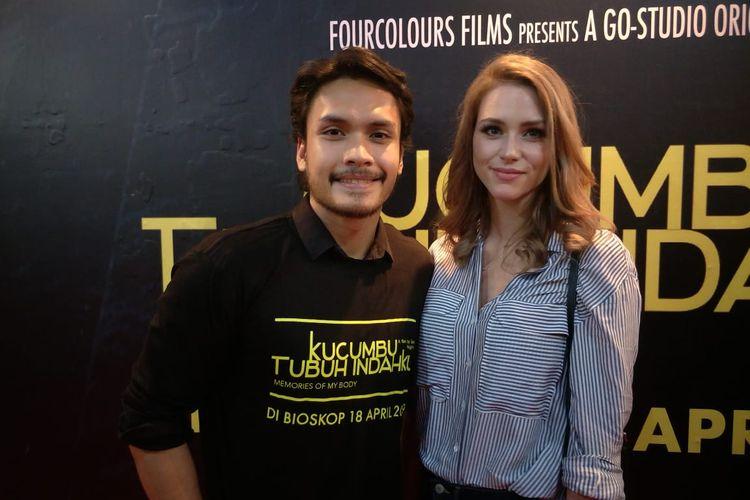Randy Pangalila dan istrinya, Chelsey Frank, hadir pada jumpa pers dan screening film Kucumbu Tubuh Indahku di Plaza Indonesia XXI, Jalan MH Thamrin, Jakarta Pusat, Senin (15/4/2019).