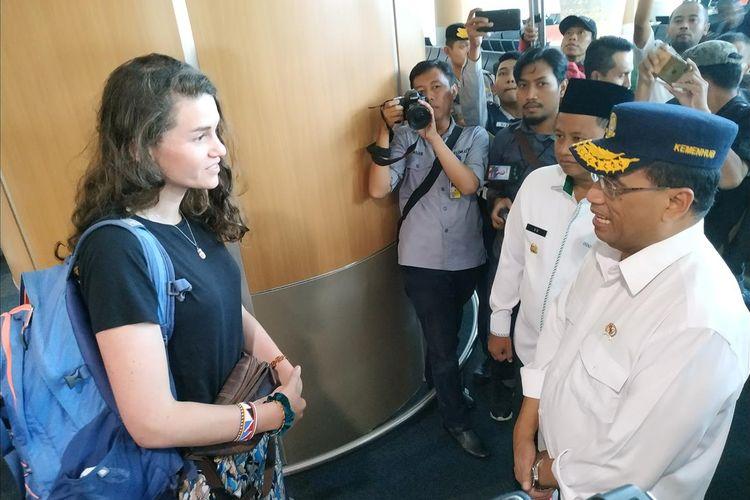 Menteri Perhubungan Budi Karya Sumadi berbincang dengan penumpang di ruang tunggu keberangkatan domestik di Bandara Internasional Jawa Barat (BIJB) Kertajati, Majalengka, Jawa Barat, Sabtu (6/7/2019).