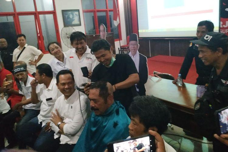 Ketua DPC PDI Perjuangan yang juga menjabat Wali Kota Surakarta, FX Hadi Rudyatmo mencukur gundul rambutnya di Kantor DPC PDI Perjuangan Brengosan, Purwosari, Laweyan, Solo, Jawa Tengah, Rabu (17/4/2019).