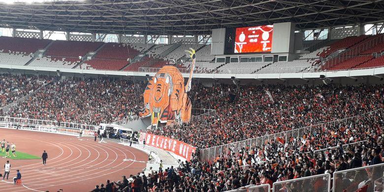Koreografi yang dilakukan Jakmania saat laga lanjutan Piala AFC antara Persija Jakarta vs Ceres Negros di Stadion Utama Gelora Bung Karno, Jakarta, Selasa (23/4/2019) sore.