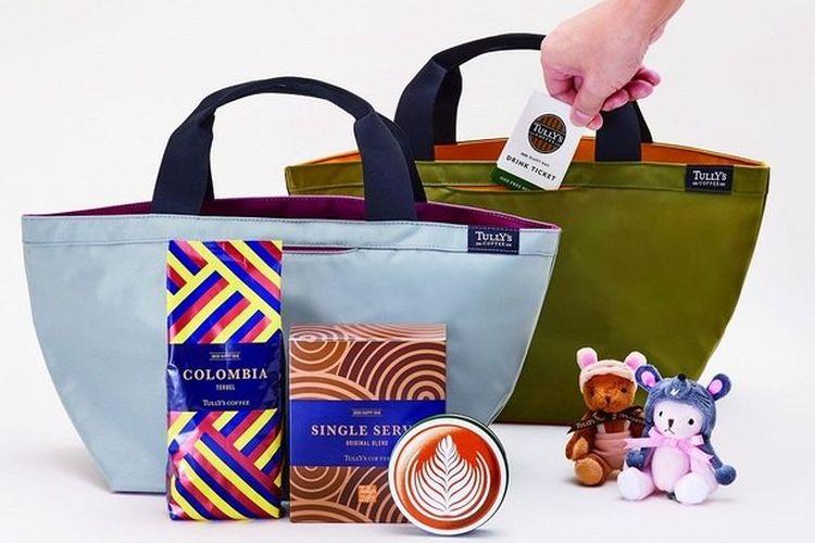 Tas keberuntungan dengan produk edisi terbatas seperti biji kopi dan voucher minuman, hasil kolaborasi dengan merek fashion Onward.