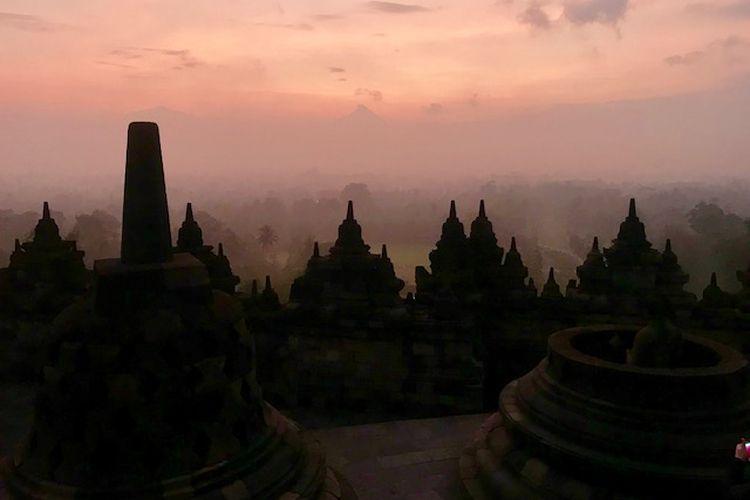 Menikmati Borobudur dalam keheningan pagi.