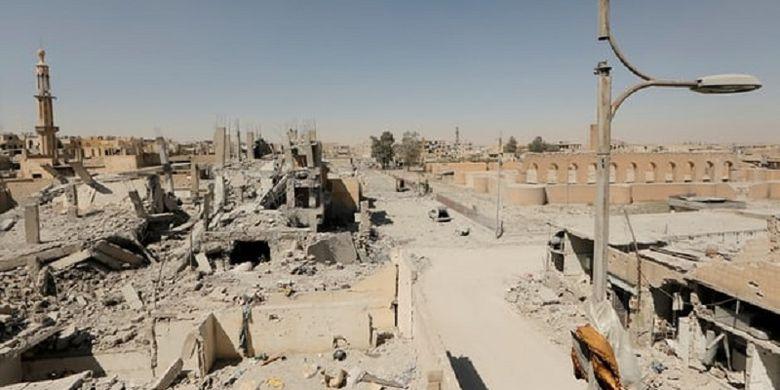 Kota Raqqa, Suriah utara, yang menjadi ibu kota kekhalifahan ISIS, kini telah hancur dan ribuan militan telah meninggalkan kota itu setelah kehilangan wilayahnya. Kota itu jatuh ke tangan pasukan Kurdi yang didukung AS.