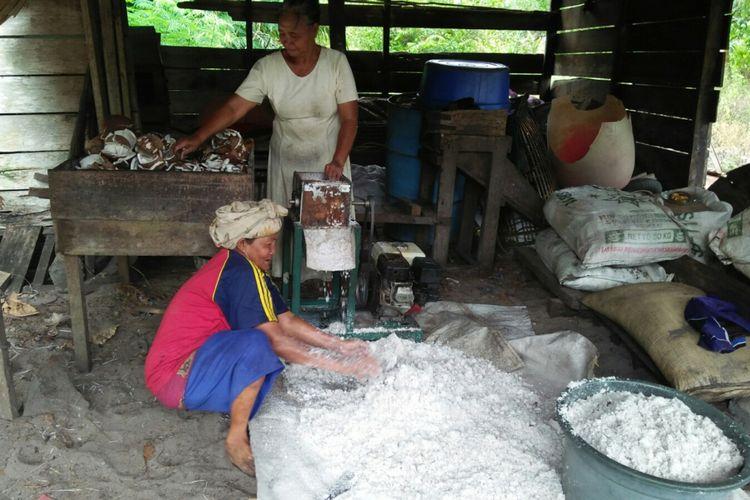 Proses pemarutan dan pemerasan kelapa sebelum diolah menjadi minyak goreng di rumah Sumayati, Desa Sabuai, Kecamatan Kumai, Kabupaten Kotawaringin Barat