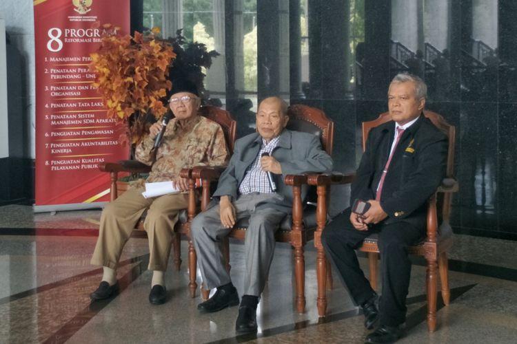 Anggota Dewan Etik MK Salahuddin Wahid (kiri) dan Ketua Dewan Etik MK Achmad Rustandi (tengah) saat memberikan keterangan pers terkait dugaan pelanggaran etik oleh Ketua MK Arief Hidayat, di gedung MK, Jakarta Pusat, Rabu (6/12/2017).