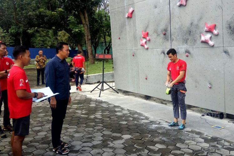 Menteri Pemuda dan Olahraga (Menpora) Imam Nahrawi saat menyaksikan latihan atlet panjat tebing di Kompleks Stadion Mandala Krida Yogyakarta.