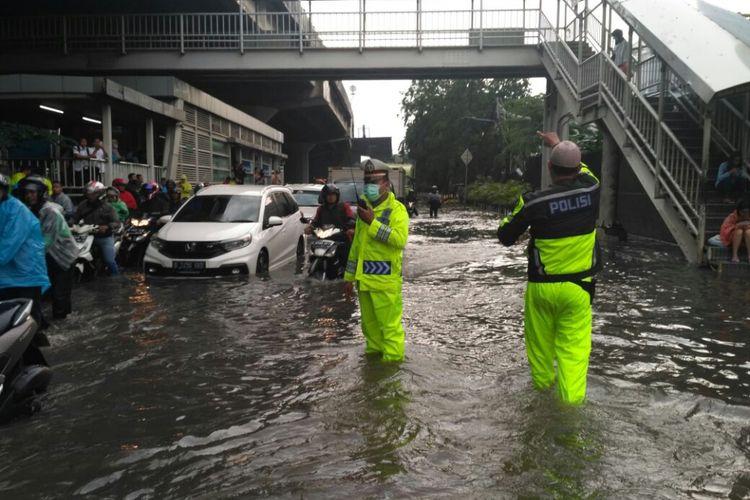 Genangan air di kawasan Sunter, Jakarta Utara, mengakibatkan kemacetan di Jalan Bypass Yos Sudarso, Selasa (27/3/2018) sore