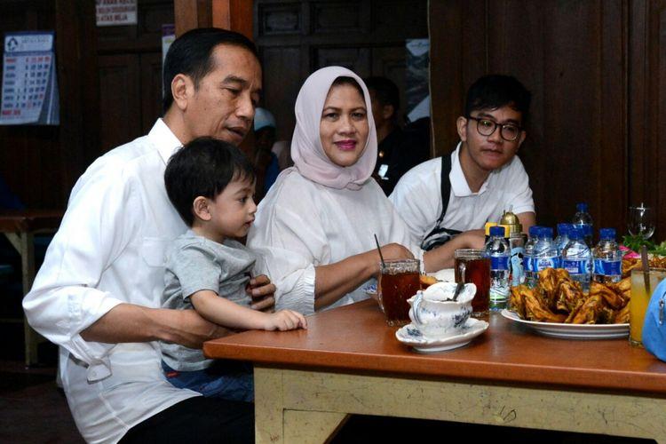Presiden Joko Widodo beserta keluarga saat bersantap siang di Restoran Ayam Goreng di Sukoharjo, Jawa Tengah, Sabtu (31/3/2018).