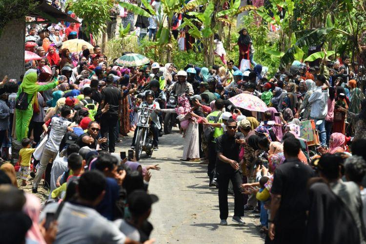 Presiden Joko Widodo dan rombongan bikers saat melakukan touring menggunakan motor chopper miliknya di Sukabumi, Jawa Barat, Minggu (8/4/2018). Di sela perjalanan itu, Jokowi sempat meninjau dua program padat karya yang dikerjakan oleh warga Sukabumi.