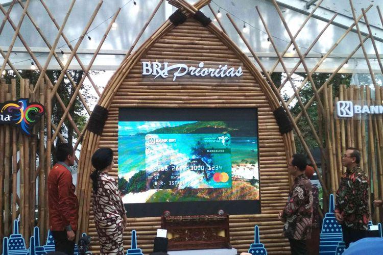 Jajaran Direksi Bank BRI dan Kementerian Pariwisata RI meluncurkan Kartu Kredit BRI Wonderfull Indonesia di pelataran Candi Borobudur, Kabupaten Magelang, Jawa Tengah, Rabu (18/4/2018) sore.