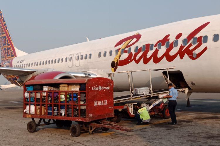 Proses bagasi Batik Air di terminal baru Bandara Ahmad Yani, Semarang, Kamis (19/7/2018).