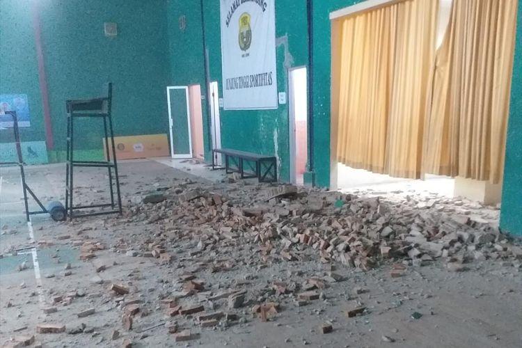 Pasca gempa magnitudo 7,4 di Provinsi Banten, Jumat (2/8/2019) sejumlah bangunan dilaporkan rusak.(KOMPAS.com/Acep Nazmudin)
