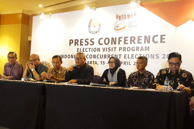 Konferensi pers KPU di Hotel Ritz Carlton, Jakarta,  Kamis (18/4/2018) dini hari.