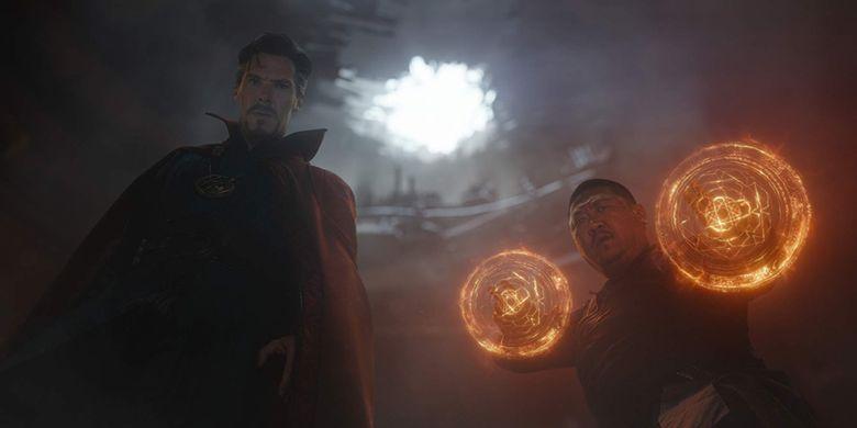 Benedict Cumberbatch (sebagai Doctor Strange) dan Benedict Wong (sebagai Wong) dalam Avengers: Infinity War.