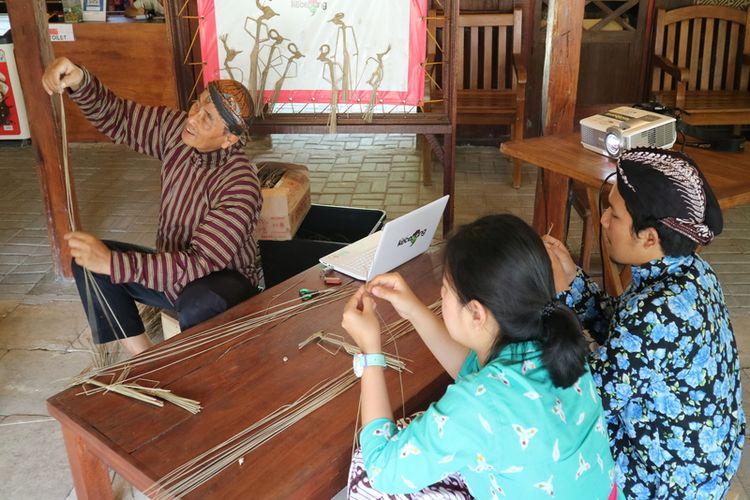 Wisatawan sedang belajar membuat wayang suket di Omah Kecebong.
