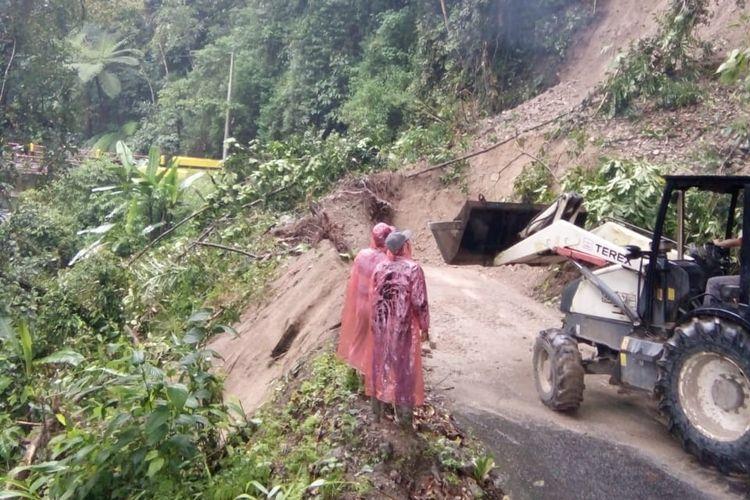 Lokasi longsor di jalan penghubung Lahat-Bengkulu yang menutupi badan jalan sejauh 25 meter, Senin (11/2/2019).