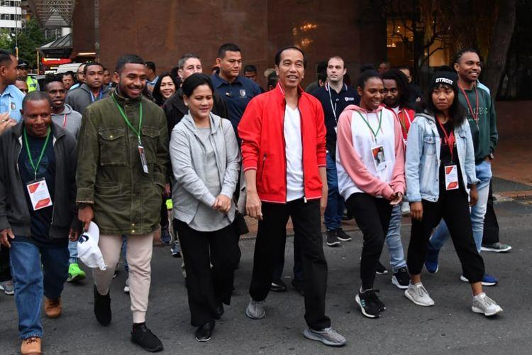 Presiden Joko Widodo dan Ibu Negara Iriana, Senin (19/3/2018) pagi, jalan santai bersama mahasiswa dan pelajar Tanah Air dari kawasan hotel menginap di CBD Wellington menuhu Waterfront.