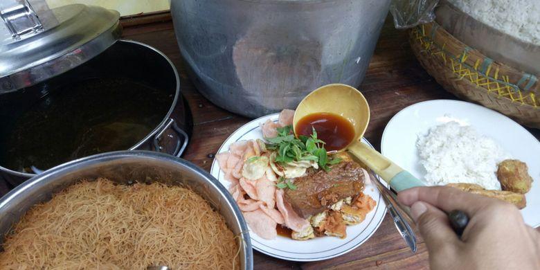 Nasi Ulam Misjaya ini menggunakan bubuk kacang, lalu bihun, kerupuk merah, emping, dan daun kemangi. Setelah itu diguyur kuah semur berbumbu sebelum diberi aneka lauk.