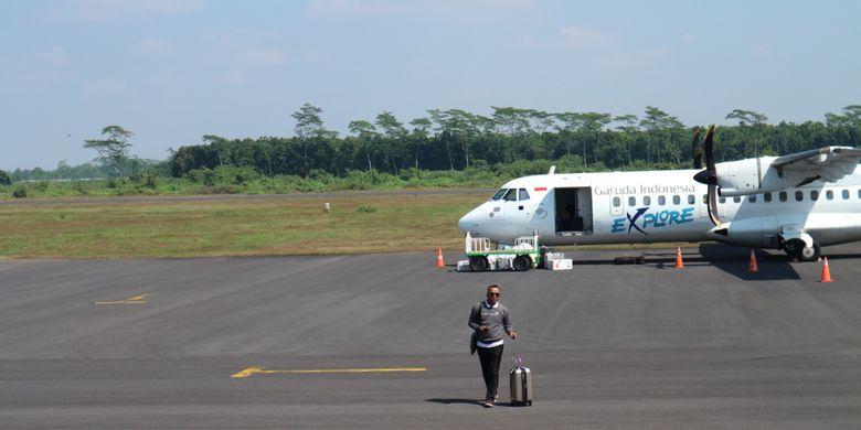 Wisatawan berjalan di area appron Bandara Notohadinegoro, Jember, Jawa Timur.