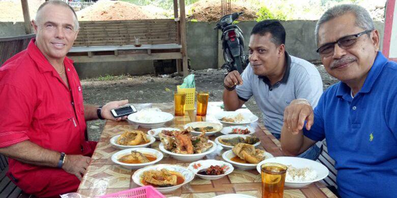 Turis sedang menikmati makan siang dengan gulai sembilang Rumah Makan Sembilang, di Desa Parang Sikureung, Kecamatan Matangkuli, Kabupaten Aceh Utara, Aceh, Jumat (12/1/2018).