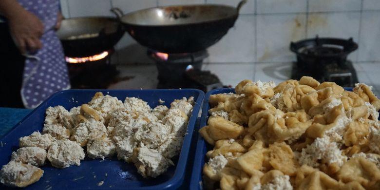 Tahu walik khas Banyuwangi siap digoreng, Kamis (8/2/2018).
