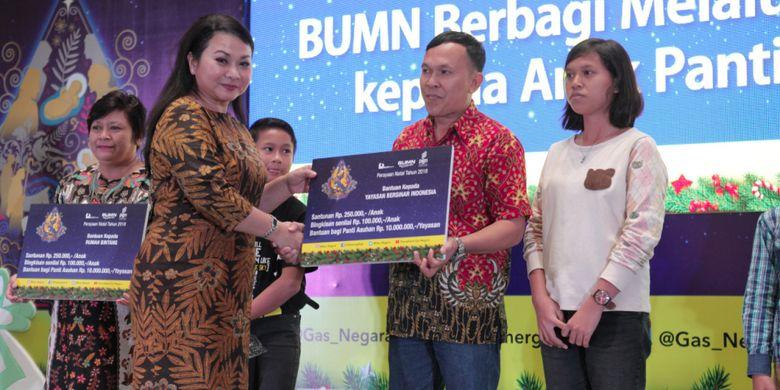 Direktur SDM dan Umum PT PGN Tbk  Desima Equalita Siahaan membagikan kado Natal kepada 500 anak yatim piatu dari 15 panti asuhan saat perayaan Natal Bersama BUMN di Hotel Novotel Pekanbaru, Riau, Sabtu (15/11/2018)