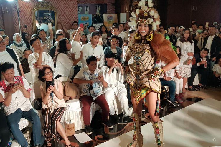 Bunga Jelitha Ibrani saat mengenakan Warrior of Orangutan, kostum nasional Indonesia untuk ajang Miss Universe akhir November 2017.