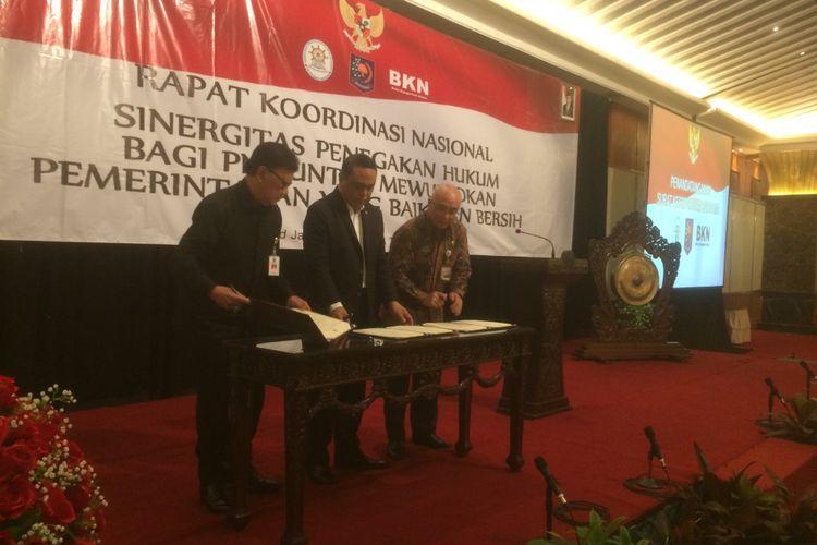 Mendagri melakukan kerjasama dengan Menteri Pendayagunaan Aparatur Negara dan Reformasi Birokrasi (MenPAN-RB) Syafruddin, Kepala Badan Kepegawaian Negara (BKN) Bima Haria Wibisana menandatangi Surat Keputusan Bersama di Hotel Grand Sahid Jaya, Jalan Jenderal Sudirman, Jakarta Pusat, Kamis (13/9/2018).