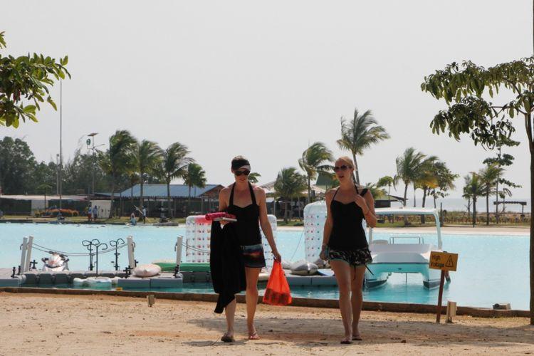 Dua wisman terlihat asik menikmati salah satu tempat pariwisata yaang ada di kawasan Lagoi Bintan, Kepulauan Riau
