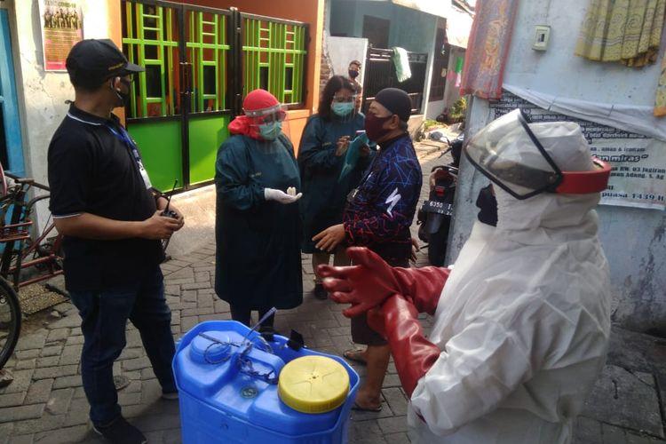 Dr Dwiastuti Setyorini bersama para tenaga medis saat mendata dan mendatangi rumah pasien Covid-19 di wilayah Kecamatan Tambaksari, Surabaya.