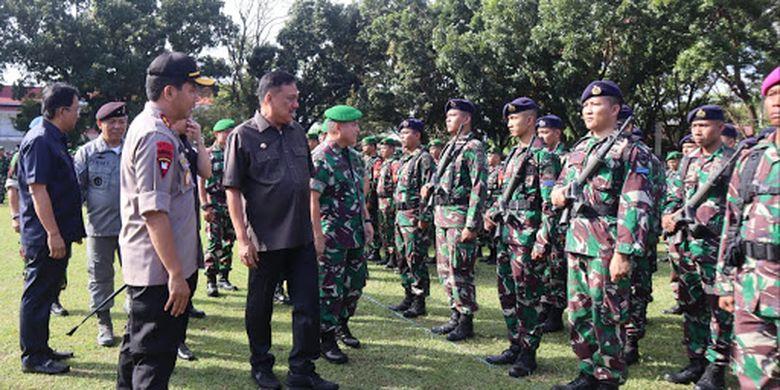 Gubernur Olly Dondokambey menghadiri Apel Gelar Pasukan dalam rangka Pengamanan Tahap Kampanye Terbuka dan Pemungutan Suara Pemilu 2019 di Lapangan Robert Wolter Monginsidi, Manado, Jumat (22/3/2019) pagi.