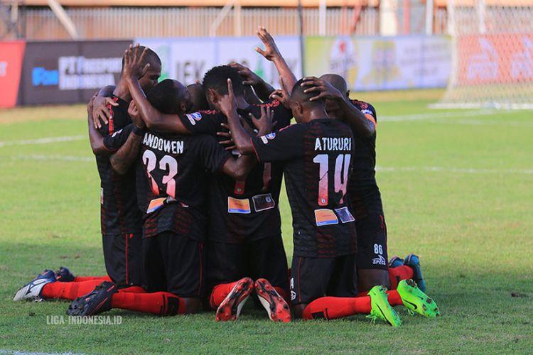 Para pemain Persipura Jayapura merayakan gol ke gawang lawannya pada pertandingan Liga 1.