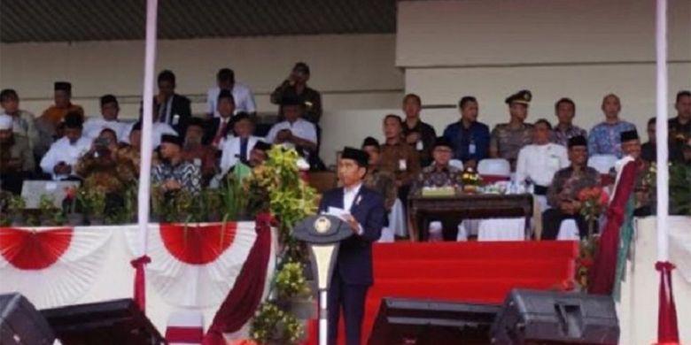 Presiden Joko Widodo memberikan pesan kepada ribuan peserta Silaturahim Nasional Majlis Tafsir Alquran (MTA) di Stadion Manahan Solo, Minggu (17/9/2017).