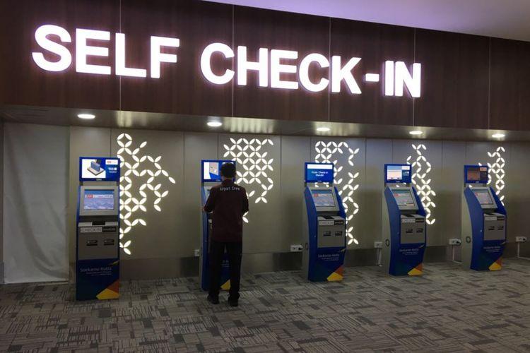 Calon penumpang memanfaatkan fasilitas self check in di Bandara Soekarno-Hatta, Tangerang, Jumat (15/6/2018). Self check in belum terlalu dilirik oleh calon penumpang, kebanyakan masih memilih antre di konter check in yang memakan waktu lama.