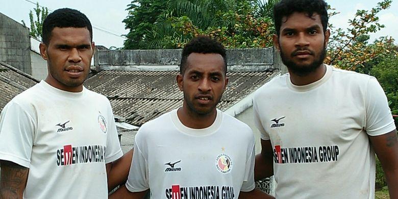 Trio pemain senior Semen Padang yang asli Papua untuk musim 2017, Vendry Mofu (kiri), Boas Atururi, dan Fandry Imbiri (kanan) di lapangan Indarung, Padang, Jumat (27/1/2017).