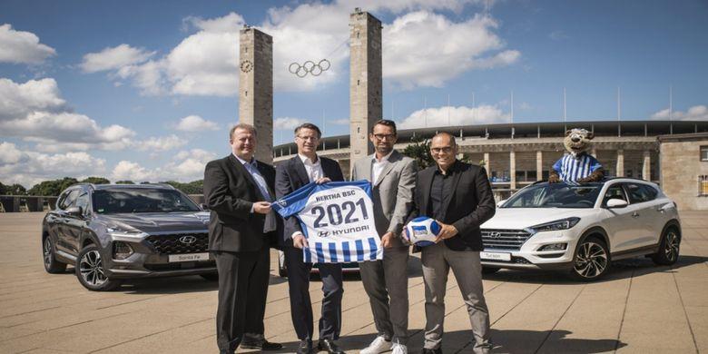 Para petinggi Hertha Berlin memamerkan jersey dengan logo Hyundai yang akan jadi global automotive partner dari klub tersebut.