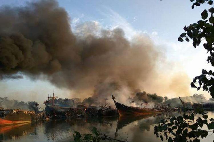 Titik api masih menyaladi alur sungai Silugonggo, Desa Bakaran, Kecamatan Juwana, Kabupaten Pati, Jawa Tengah, Minggu (16/7/2017).