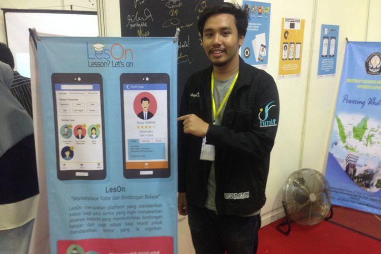 Bobby Pradoto menunjukkan aplikasi LesON. Aplikasi ini memudahkan bagi orang tua mencarikan les privat bagi anak-anaknya, Minggu (8/10/2017).