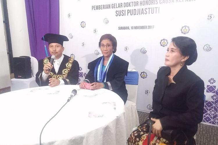 Menteri Susi Pudjiastuti (tengah)