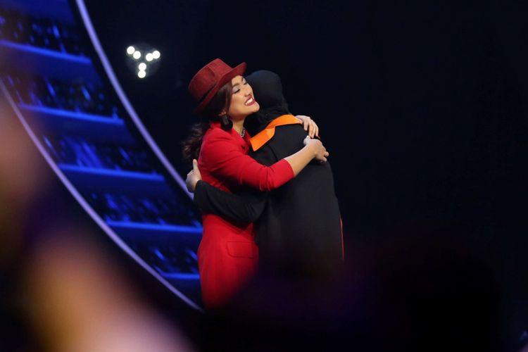 Para kontestan Indonesian Idol 2018 memberikan semangat kepada Marion Jola  yang tereliminasi saat acara Indonesian Idol 2018 Studio 11, MNC Studios, Kebon Jeruk, Jakarta Barat, Senin (12/3/2018). Pada sesi kali ini Marion Jola tereliminasi  memasuki Top 6 Indonesian Idol 2018.